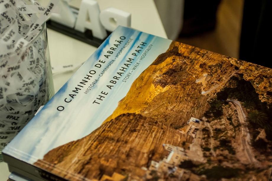 """Capa do livro """"O Caminho de Abraão"""". (foto: Wesley Diego Emes)"""