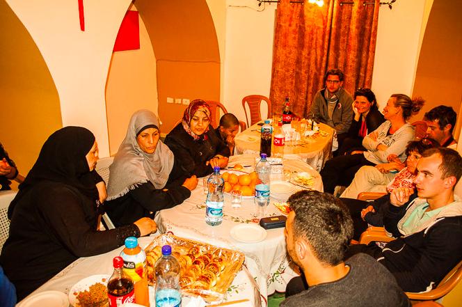 Avec les femmes du camp de réfugiés d'Aqbat Jaber. © Pierre Bigorgne