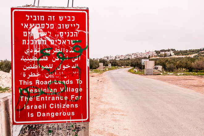 Réalité ou propagande ? A l'entrée des villages palestiniens, Israël avertit ses citoyens de la dangerosité de la zone. © Pierre Bigorgne