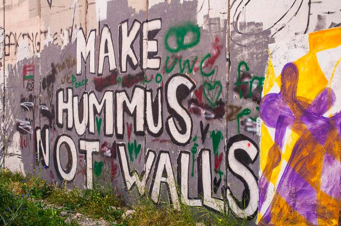 A Jérusalem, le mur transformé en immense dazibao et lieu d'expression politico-artistique. © Pierre Bigorgne)