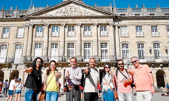 La delegación palestina, ayer, en el Obradoiro durante su visita a Santiago. Foto: F. Blanco
